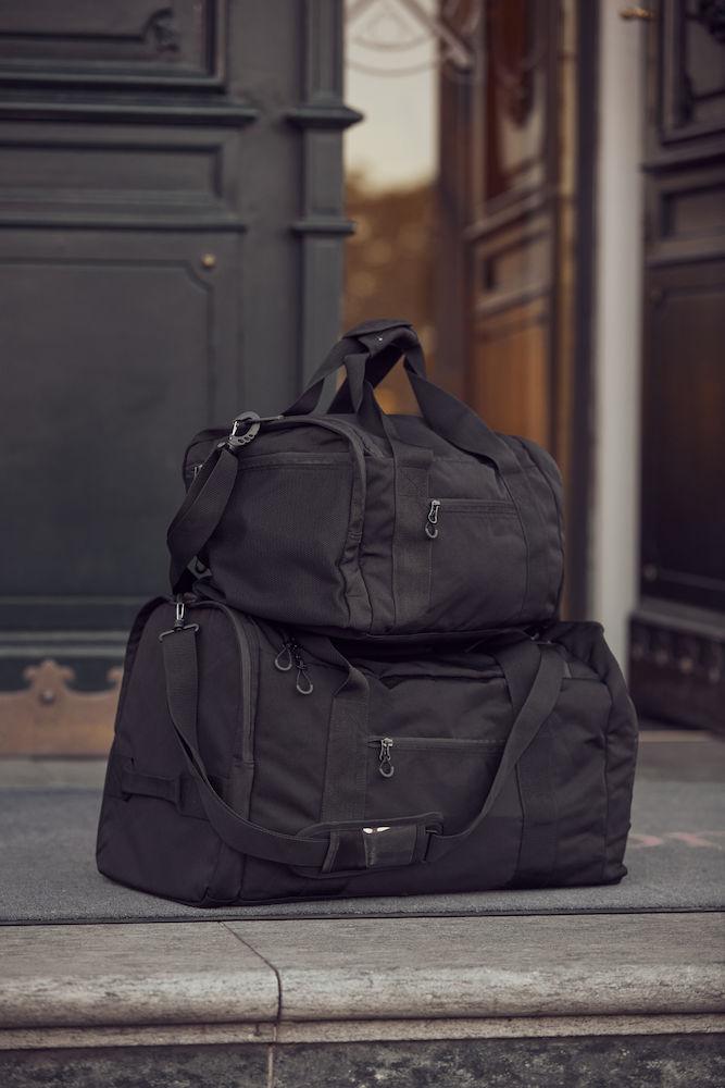 040244_99_TravelBagSmall_Black_Sac multi usage Sport / détente avec ses nombreuses poches dont 1 compartiment chaussures - Grande ouverture en U pour un accès plus facile - Mousqueton pour clefs - bretelle épaule résistante et détachable a/ porte-cartes intégré - poignées sur le dessus pouvant être attachées par un velcro - 46x25x25cm - clique, 109 t-shirts