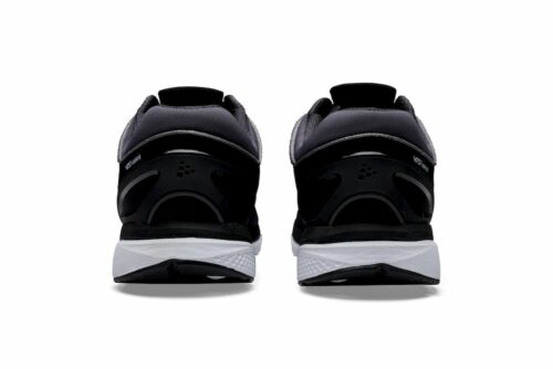 1906960_999982_V175_Fuseknit_Homme, La V175 Fuseknit est une chaussure de running légère. L'empeigne Fuseknit sans couture de la chaussure offre à la fois un confort lisse et une allure contemporaine, tandis que son rendement élevé en énergie vous permet de circuler sans effort à chaque foulée. Son design décontracté en fait Choix également pour un usage quotidien.Selon la technologie GATE (Grip, forme anatomique, torsion, retour d'énergie), la chaussure offre un ajustement, une traction et une réactivité inégalés. Fuseknit Fuseknit combine une technologie de tricotage sans couture et des coutures stratégiques pour créer une construction douce et souple. Moins de coutures et une expérience douce, sans frottement et très confortable. Excellente adhérence La semelle extérieure en caoutchouc Vibram Megagrip offre une adhérence supérieure sur les surfaces sèches et humides, permettant aux coureurs de conserver une démarche puissante et stable, même dans des conditions glissantes. De plus, le composé de caoutchouc haute performance garantit que toute la puissance de la foulée du coureur se transforme en un mouvement en avant. Le résultat est un fonctionnement plus rapide, plus sûr et plus efficace. Forme anatomique La chaussure est construite sur un dernier design qui épouse parfaitement les contours naturels du pied. De plus, la forme anatomique des orteils et la flexibilité dans les zones appropriées permettent aux muscles du pied de travailler et de fonctionner comme prévu. Torsion La chaussure offre une stabilité neutre pour offrir le niveau de contrôle de mouvement approprié aux coureurs avec une pronation normale ou un mouvement de pied neutre. Une tige légère associée à des zones en V-flex dans la semelle extérieure augmente la stabilité et offre une flexibilité naturelle. Retour d'énergie La mousse d'énergie en V en polyuréthane thermoplastique d'ingénierie (ETPU) située dans la région de l'avant-pied de la semelle intercalaire offre un retour d'énergie de haut c