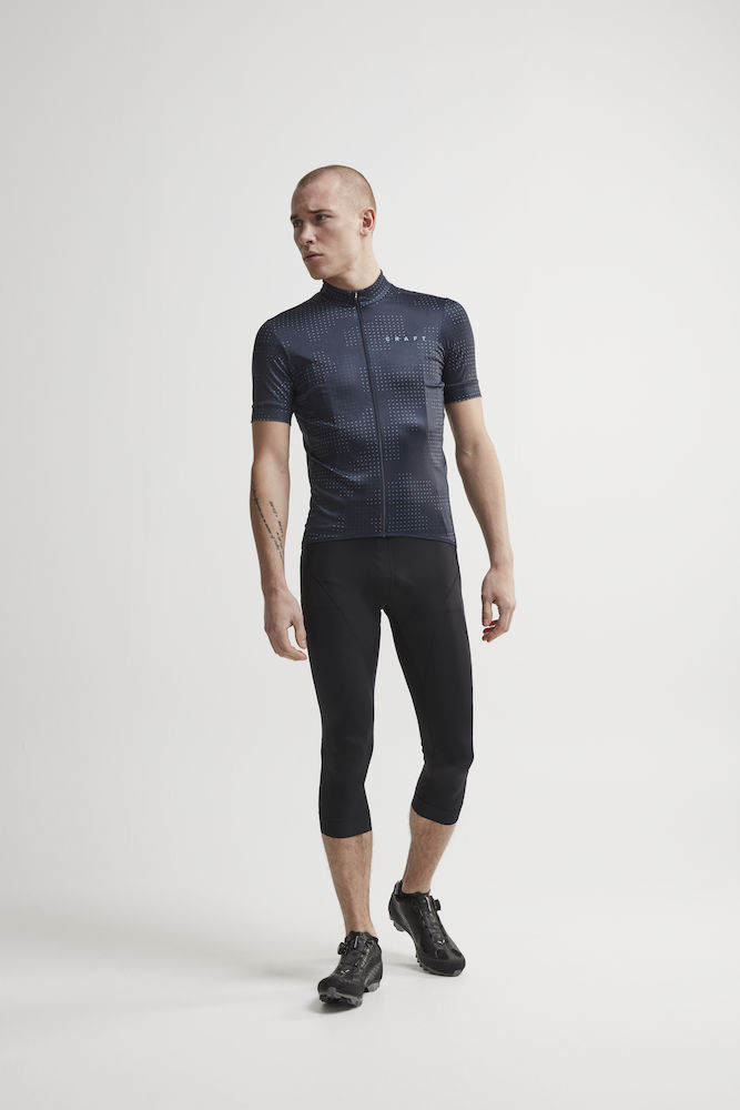 1907158_999000_Essence Bib Knickers_Homme, Cycliste doux, extensible et ergonomique • Production durable - Polyamide recyclée • Evacuation optimale de la transpiration • Lycra - compression Sport Energy avec tissage extensible quadri directionnel • Finitions bandes élastiques larges • Avec relief silicone pour une meilleure tenue • Finitions rétro-réfléchissantes • Renfort de selle 3D, Craft, 109 t-shirts